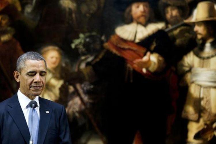 Presiden AS Barack Obama memberikan jumpa pers terkait krisis Ukraina di depan lukisan Night Watch karya Rembrandt, di Rijksmuseum, Amsterdam, Belanda, Senin (24/3/2014).