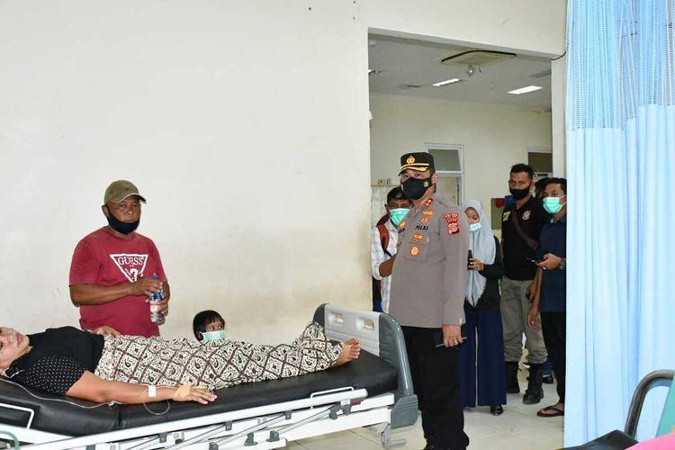 Polisi meminta keterangan korban tercium bau gas PT Medco di Rumah Sakit Umum Zubir Mahmud, Idi, Aceh Timur, Sabtu (10/4/2021)