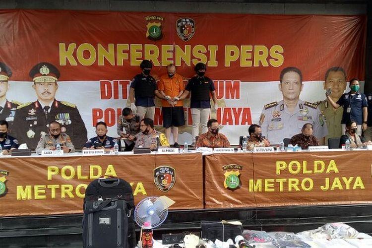 Polda Metro Jaya menangkap pria warga negara Perancis berinisial FAC alias Frans (65) yang melakukan eksploitasi secara ekonomi dan seksual terhadap 305 anak dibawah umur di beberapa hotel kawasan Jakarta. Pelaku ditangkap saat melakukan aksinya di Hotel PP kawasan Taman Sari, Jakarta Barat, belum lama ini.