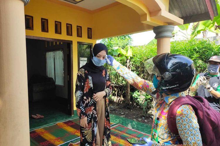 Eva Yolanda, Kontestan Liga Dangdut Indonesia (LIDA) 2020 asal NTB, yabg telah tereliminasi menjalani pemeriksaan suhu tubuh di rumahnya di Desa Lando, Kecamatan Terara, Lombok Timur. Kondisi Eva baik dan suhu tubuhnya normal.