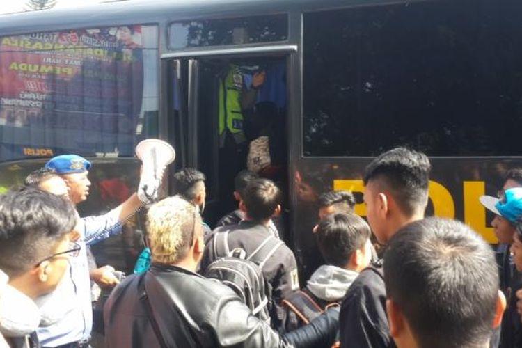 Sejumlah penumpang yang terlantar akibat mogoknya sopir angkot di Kota Malang saat diangkut melalui bus milik Polres Malang Kota, Rabu (8/3/2017)