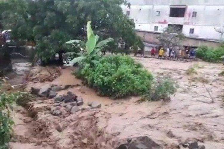 Beginilah penampakan saat pusat kota wisata Parapat, Kabupaten Simalungun diterjang banjir, Kamis (13/5/2021).