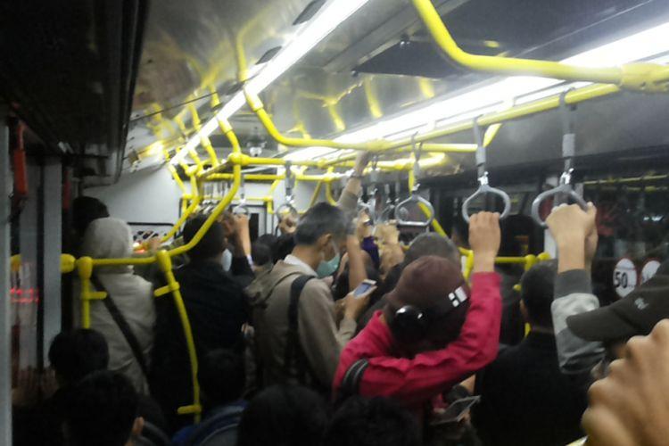 Suasana di dalam bus transjakarta rute modifikasi Monas-Ragunan pada Senin (23/10/2017) petang. Layanan transjakarta rute modifikasi Monas-Ragunan cukup ampuh menekan waktu tempuh secara signifikan.