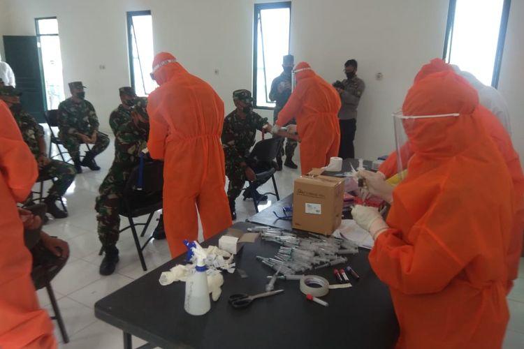 Pemeriksaan pasien positif Covid-19 klaster Secapa AD Bandung, Jawa Barat.
