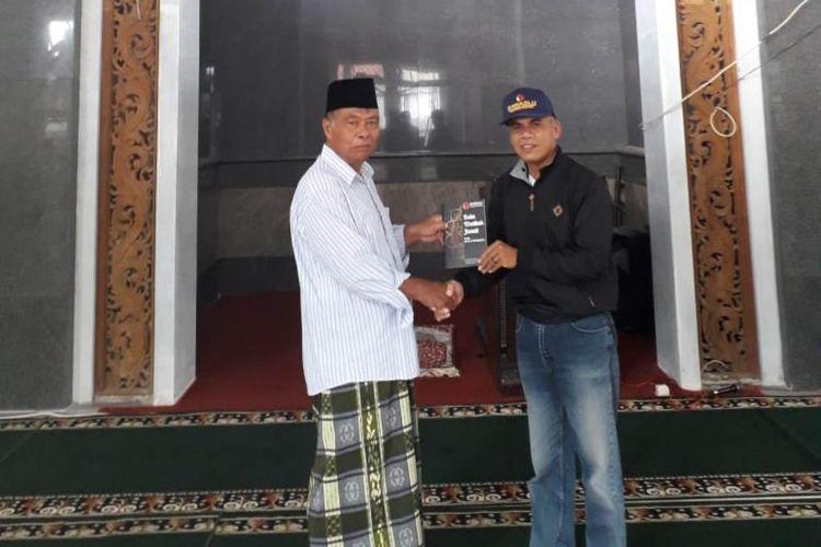 Petugas Bawaslu Magelang memberikan Buku Khotbah Jumat Pemilu Berintegritas ke masjid-masjid guna menangkal hoaks, politisasi SARA dan kampanye hitam, Jumat (5/4/2019).