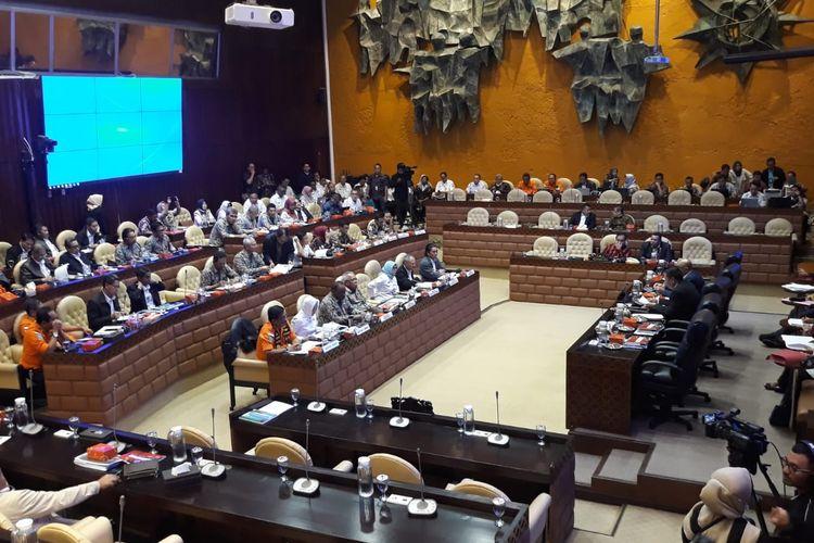 Komisi V DPR menggelar rapat kerja membahas penanganan banjir di wilayah DKI Jakarta dan sekitarnya, di Kompleks Parlemen, Senayan, Jakarta, Rabu (26/2/2020).
