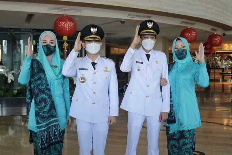 Pasangan Bupati Trenggalek terpilih dengan wakilnya, foto bersama istrinya masing-masing sebelum menuju lokasi pelantikan di Grahadi Surabaya, Jumat (26/02/2021)