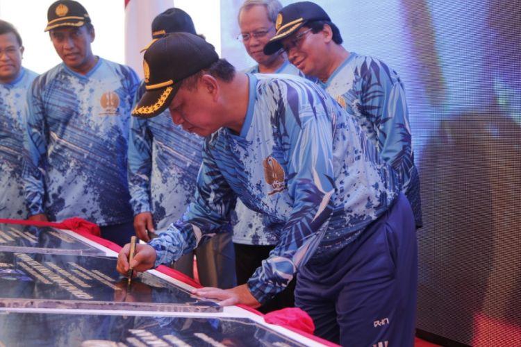 Menristekdikti saat meresmikan gedung proyek Islamic Development Bank (IsDB) 7in1 di Universitas Negeri Surabaya (Unesa), Surabaya (20/2/2019).
