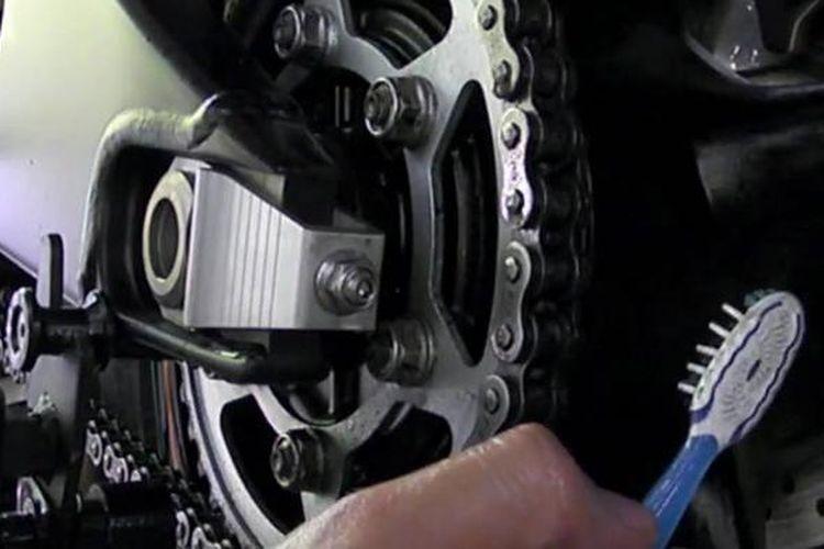 Cara bersihkan rantai motor