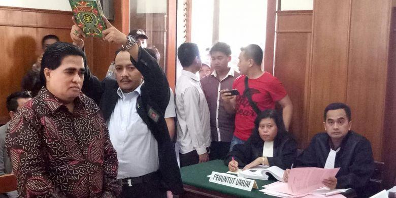 Dimas Kanjeng Disumpah sebelum bersaksi di Pengadilan Negeri Surabaya, Rabu (15/3/2017)