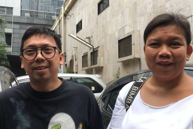 Tika Panggabean dan Udjo Project Pop usai menjenguk Augie Fantinus di tahanan Direktorat Reserse Kriminal Umum Polda Metro Jaya, Jakarta Selatan, Rabu (7/11/2018).