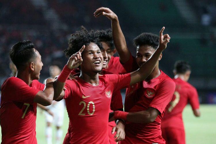 Penyerang timnas U-19 Indonesia, Amiruddin Bagus Kahfi (20) bersama rekan-rekannya merayakan gol ke gawang timnas U-19 China pada pertandingan uji coba yang dihelat di Stadion Gelora Bung Tomo, Surabaya, Kamis (17/10/2019) malam.