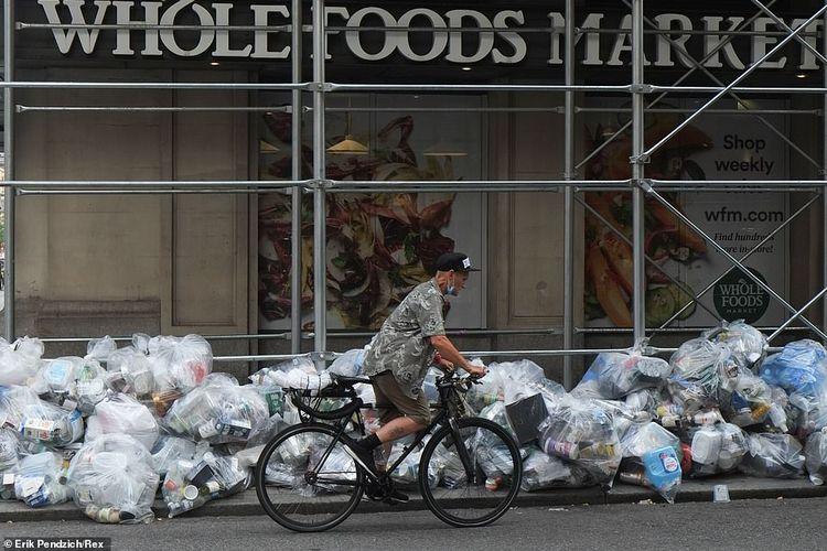 Midtown Manhattan: New York City memangkas 106 juta dollar AS untuk anggaran departemen sanitasi untuk mengendalikan biaya. Kantung sampah mengotori trotoar di luar Whole Foods Market pada 30 Juli.
