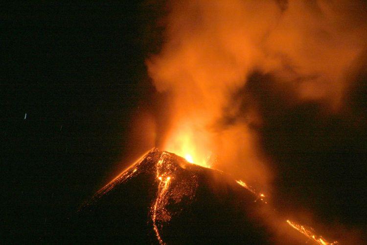 Gunung Soputan, yang tingginya 1.783 meter di atas permukaan laut, Senin malam lalu menyemburkan lava pijar yang cukup tinggi. Namun, kemarin sore aktivitas gunung api yang terletak di Minahasa, Sulawesi Utara, itu sudah kembali normal sehingga statusnya diubah dari waspada menjadi siaga. Meski demikian, warga sekitar tetap diimbau untuk  waspada.