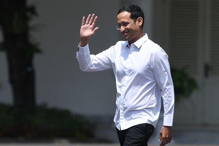 Salah satu pendiri yang juga CEO goJek Nadiem Makarim melambaikan tangannya saat berjalan memasuki Kompleks Istana Kepresidenan, Jakarta, Senin (21/10/2019). Menurut rencana Presiden Joko Widodo akan memperkenalkan jajaran kabinet barunya hari ini usai dilantik Minggu (20/10/2019) kemarin untuk masa jabatan keduanya bersama Wapres Maruf Amin periode tahun 2019-2024.