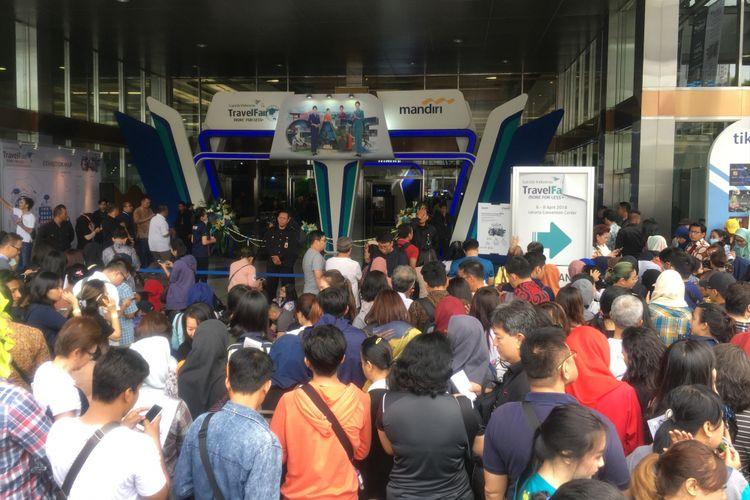 Antrean pengunjung di hari pertama digelarnya Garuda Indonesia Travel Fair 2018 di Jakarta Convention Centre, Jumat (6/4/2018). Pameran berlangsung hingga Minggu (8/4/2018).