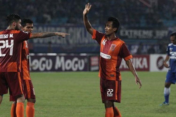 Pemain Pusamania Borneo FC, Sultan Samma (tengah), melakukan selebrasi dan mendapat sambutan dari rekan-rekannya setelah sukses membobol gawang Persib Bandung dalam lanjutan pertandingan Grup C Piala Jenderal Sudirman di Stadion Gelora Delta, Sidoarjo, Jumat (27/11/2015). Borneo FC menang 2-0.