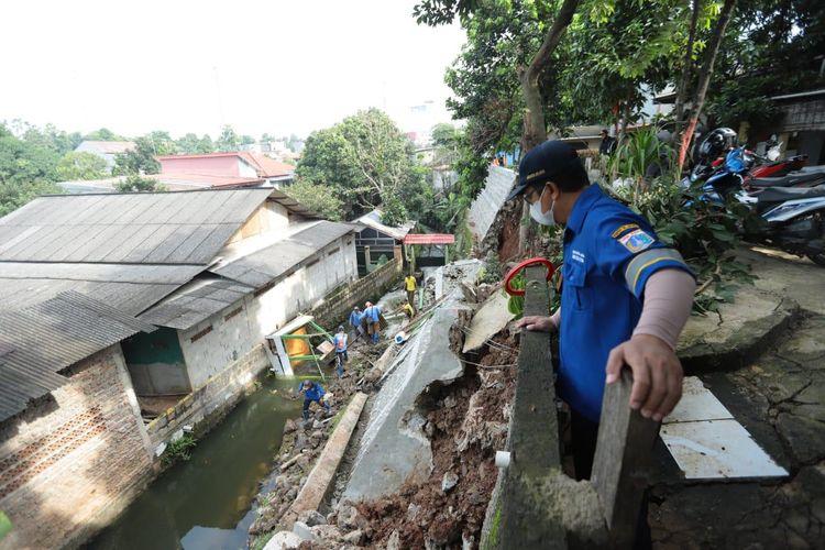Sebidang turap di pinggir kali di Jalan Sharin RT 08/02, Srengseng Sawah, Jagakarsa, Jakarta Selatan longsor pada Kamis (4/2/2021) pagi.