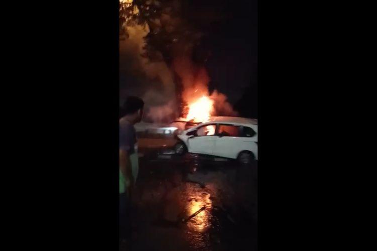 Tangkapan dilayar dari salah satu video yang merekam detik-detik terbakarnya sebuah mobil warna putih di Jalan Jamin Ginting Medan pada Jumat (14/2/2020) sekitar pukul 02.00 wib. Pengemudinya yang diketahui sebagai pengusaha sebuah diskotik di Kota Medan ikut tewas terbakar di dalamnya.