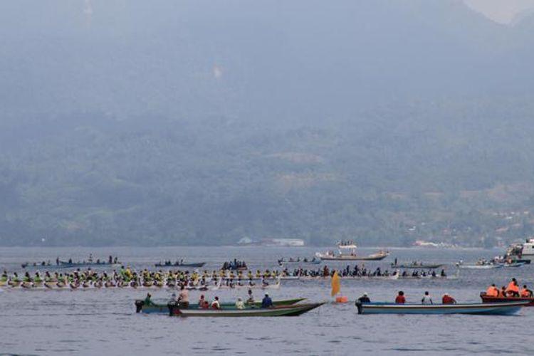 Peserta lomba perahu belang sedang beradu cepat di Teluk Ambon, Maluku, Senin (28/9/2015). Lomba perahu belang ini dalam rangka meramaikan Pesta Teluk Ambon 2015.