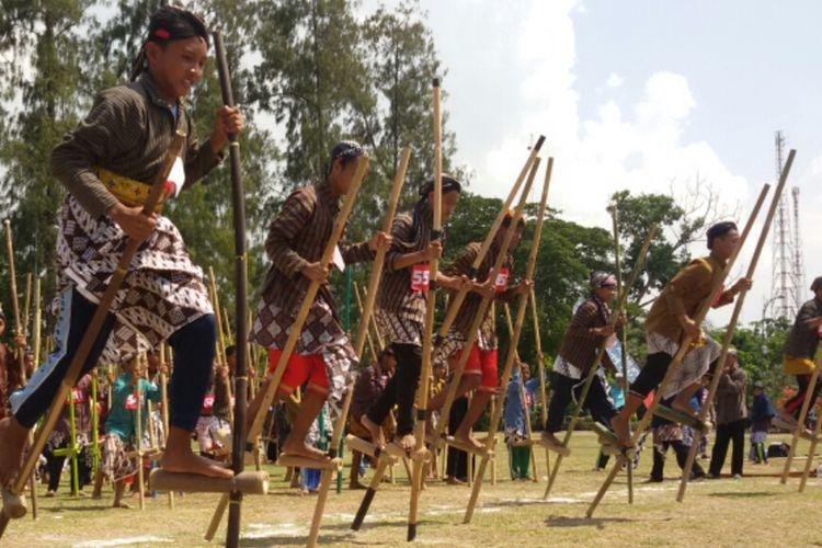 Pemerintah Kabupaten Kulon Progo, Daerah Istimewa Yogyakarta, mengembangkan olahraga balap lari dengan egrang. Ini salah satu nomor dalam olahraga tradisional di Kulon Progo. Olahraga ini awalnya diperkenalkan lewat pelajaran ekstra sekolah sekian lama lantas sekarang dipertandingkan secara terbuka antar sekolah.