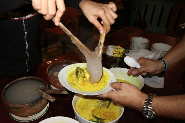 Papeda yang dihidangkan bersama ikan kuah kuning, di resto Dua Ikan, Ambon, Maluku.