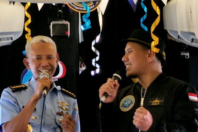 PADI Reborn berduet dengan Kasubdispenum Dispen AU Letkol Sus Muhammad Yuris dalam pesawat TNI Angkata Udara (AU) Republik Indonesia di ketinggian 15.000 kaki.