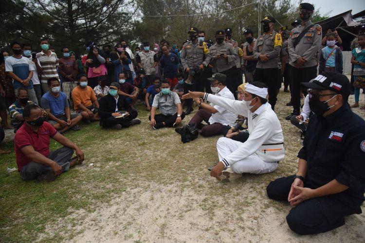 Wakil Ketua Komisi IV Dedi Mulyadi (iket putih) dan sejumlah anggotannya sedang berdialog dengan nelayan di Bangka, Bangka Belitung, Jumat (27/11/2020).
