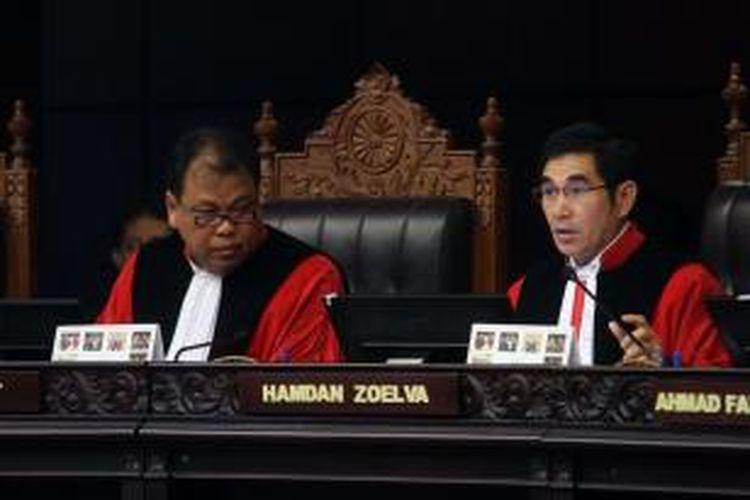 Ketua Majelis Hakim Konstitusi Hamdan Zoelva (kanan) didampingi Hakim Anggota Arief Hidayat, memimpin sidang perdana perselisihan hasil pemilhan umum (PHPU) di Mahkamah Konstitusi (MK), Jakarta, Rabu (6/8/2014). Prabowo-Hatta menuntut agar MK membatalkan SK KPU yang menetapkan pasangan nomor urut 2 Joko Widodo-Jusuf Kalla sebagai pemenang Pilpres 2014.