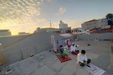 Tak Bisa Mudik, Para Perantau Shalat Idul Fitri di Atas Atap Rumah Kos