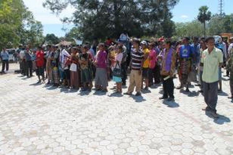 Ratusan warga eks Timor Timur (Timtim) melakukan unjuk rasa dan menduduki kantor Bupati TTU, Kamis (22/8/2013), karena tidak berhasil menemui Bupati TUU dalam unjuk rasa sehari sebelumnya.