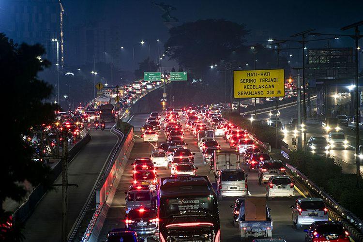 Suasana kendaraan terjebak macet di Jalan Tol Cawang-Grogol, Jakarta Selatan, Jumat (5/6/2020). Pada hari pertama penerapan Pembatasan Sosial Berskala Besar (PSBB) transisi, lalu lintas di sejumlah jalan di DKI Jakarta terpantau padat hingga terjadi kemacetan.