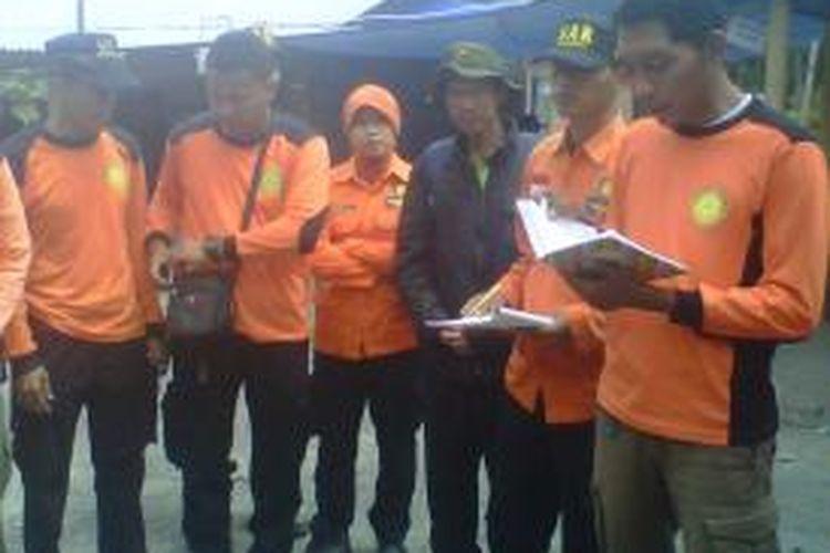 Juru kunci Gunung Merapi Mas Kliwon Surakso Hargo (tiga dari kanan) bergabung dengan tim SAR DI Yogyakarta untuk mencari pendaki asal Rusia Ebrehnin Yevgeniy (26) yang tersesat di Gunung Merapi, sejak Minggu (11/8/2013).