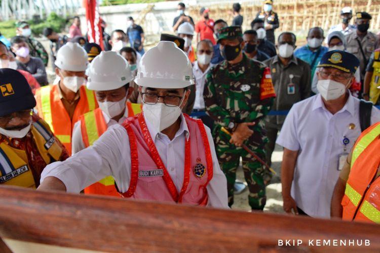 Menteri Perhubungan Budi Karya Sumadi saat meninjau progres pembangunan Bandara Siboru di Fak-fak, Papua Barat pada Jumat (24/9/2021).