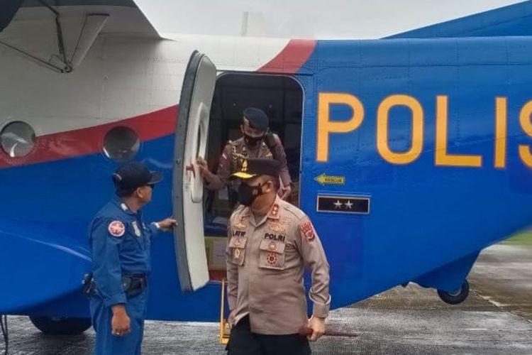 Kapolda NTT Irjen Pol Lotharia Latif saat turun dari pesawat Polri di Larantuka, Flores Timur, Selasa (6/4/2021).