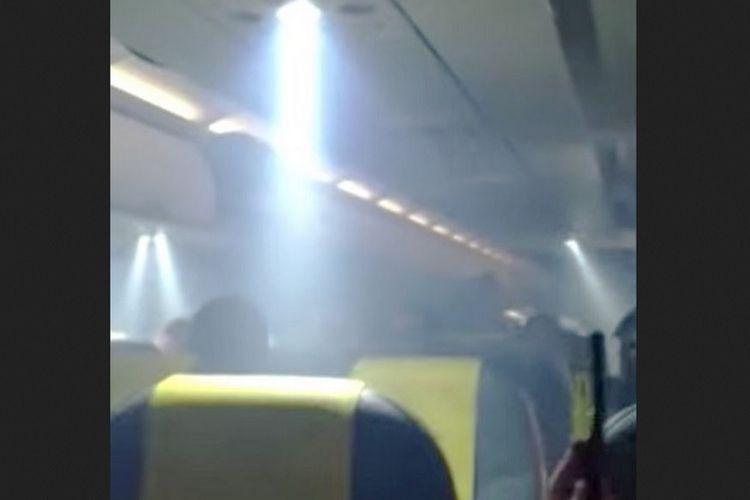 Tangkapan layar rekaman video yang menunjukkan asap di dalam kabin pesawat Vueling Airlines.