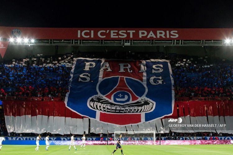 Para fans garis keras atau Ultras Paris Saint-Germain mengibarkan mosaik untuk mendukung PSG pada 14 September 2018.