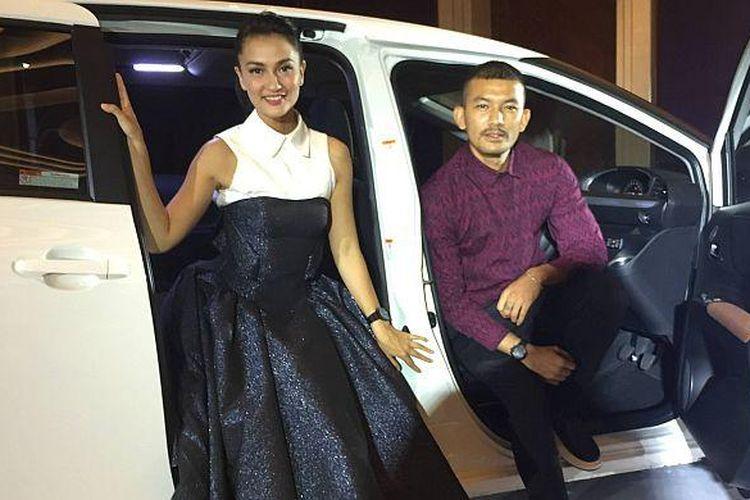 Rio Dewanto dan Atiqah Hasiholan bersama Toyota Sienta