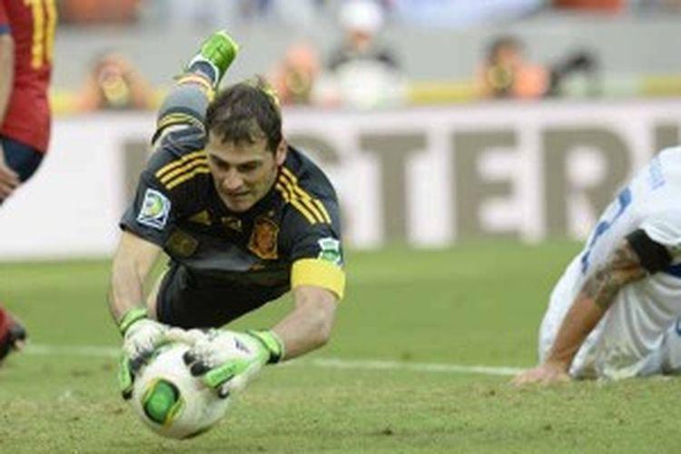 Aksi penjaga gawang Spanyol, Iker Casillas, ketika menangkap bola sontekan pemain Italia, Christian Maggio (kanan), dalam laga semifinal Piala Konfederasi, Kamis (27/6/2013). Spanyol menang 7-6 lewat drama adu penalti setelah bermain 0-0 selama 120 menit.