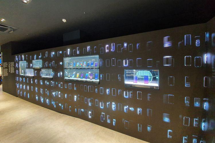 Selain memamerkan ponsel lawas, bagian dinding Galaxy Store Harajuku ini juga menampilkan hologram berbagai jenis ponsel Samsung.