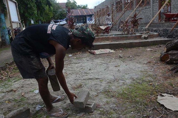Rafdi Marajabessy, putra ketiga Wakil Wali Kota Tidore Kepulauan, Maluku Utara yang bekerja sebagai kuli bangunan sementara memindahkan material (batako), Selasa (09/07/2019).