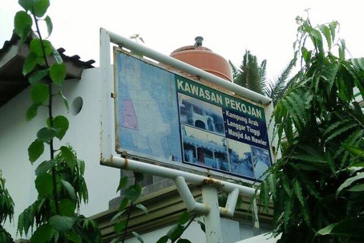 Papan petunjuk Kampung Arab Pekojan yang terletak di samping Masjid An Nawier.