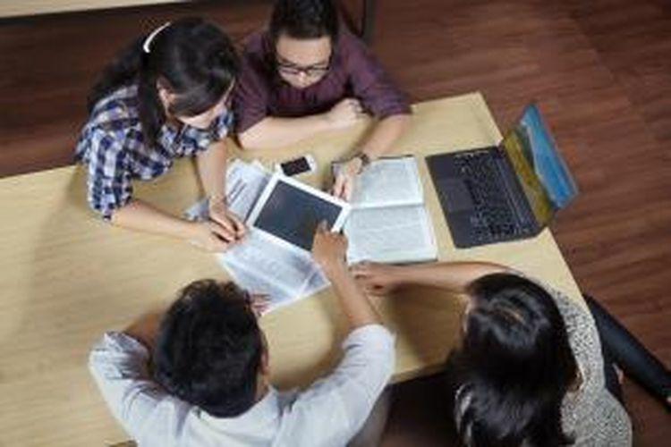 Untuk pertanyaan terkait dengan mata kuliah, misalnya, dapat dilakukan pada Course Room. Sedangkan untuk pembahasan tugas kelompok, mahasiswa dapat melakukannya di Team Room.