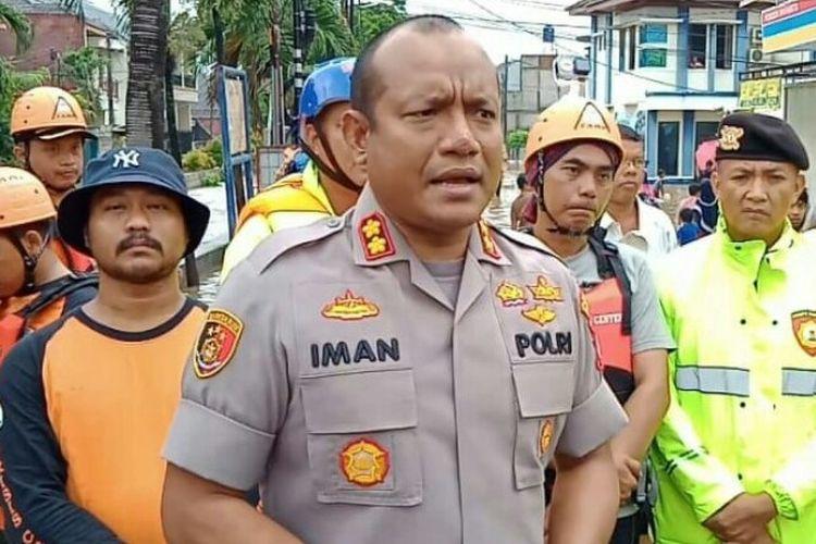 Kapolres Tangerang Selatan, AKBP Iman Setiawan meninjau lokasi banjir di Perumahan Pondok Maharta, Pondok Kacang Timur, Pondok Aren, Tangerang Selatan, Selasa (25/2/2020).