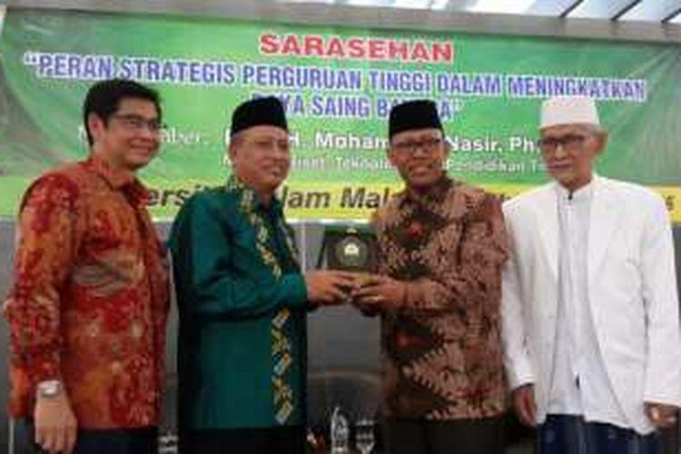 Menteri Riset, Teknologi dan Pendidikan Tinggi Muhamad Nasir saat menerima piagam penghargaan dari Rektor Universitas Islam Malang Masykuri Bakri usai serasehan Universitas Islam Malang, Jawa Timur, Rabu (19/10/2016)