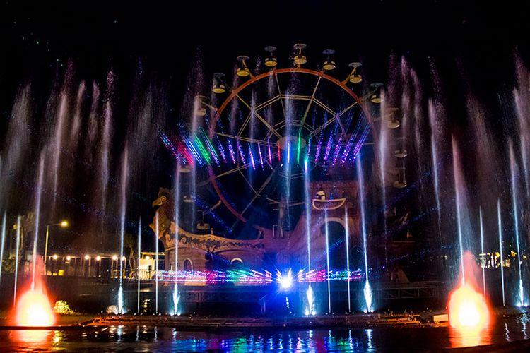 Atraksi Jejogedan berupa air mancur menari dan pertunjukan tata cahaya lampu serta laser.