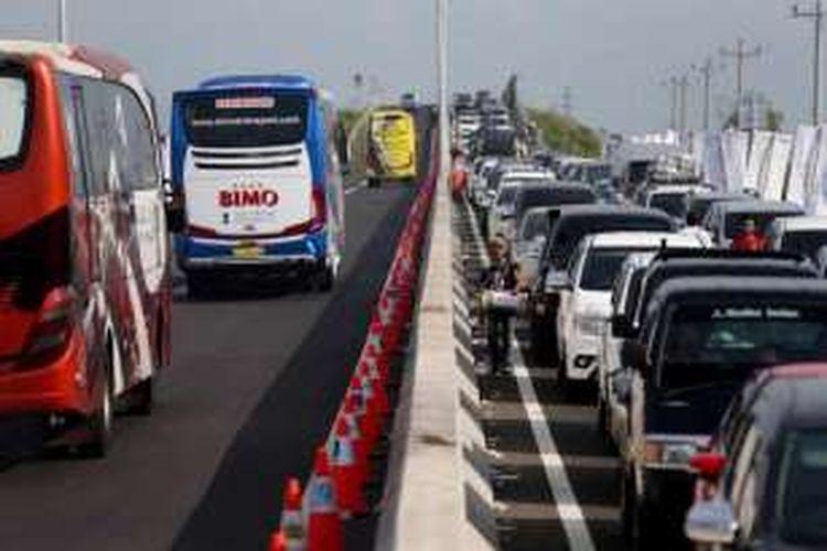 Petugas mengatur kendaraan yang terjebak kemacetan mengular sepanjang 18 kilometer di ruas tol Pejagan - Brebes Timur, Jawa Tengah, Jumat (01/07/2016). Puncak arus mudik diperkirakan terjadi pada H-3 lebaran.