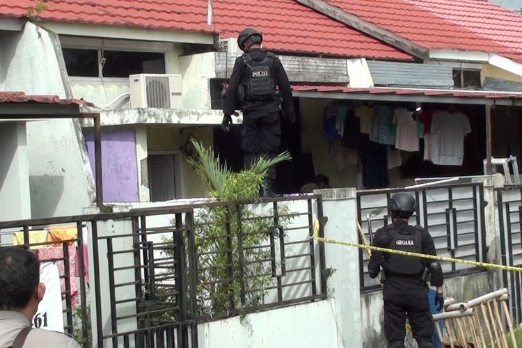 Tim Penjinak Bom Brimob Polda Sulsel melakukan penyisiran rumah terduga teroris yang sebelumnya ditangkap Densus 88 di Kabupaten Gowa, Sulawesi Selatan. Rabu, (6/1/2021).
