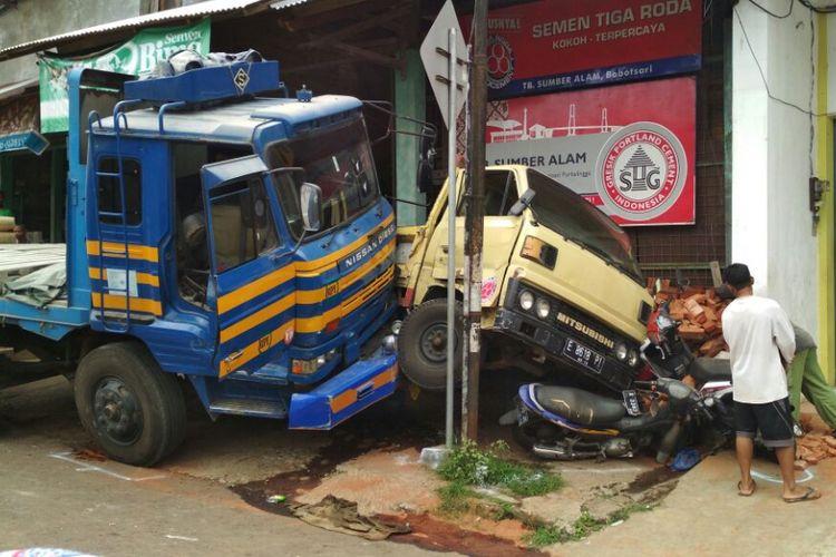 Truk tronton bermuatan semen meluncur tanpa kendali dan menghantam sejumlah kendaraan di Jalan Brigjen Soewondo, Bobotsari, Purbalingga, Jawa Tengah, Jumat (15/9/2017).