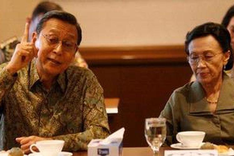Wakil Presiden Boediono dan istri, Herawati Boediono, saat bertandang ke Harian Kompas. KOMPAS/Priyombodo (PRI)11-12-2012
